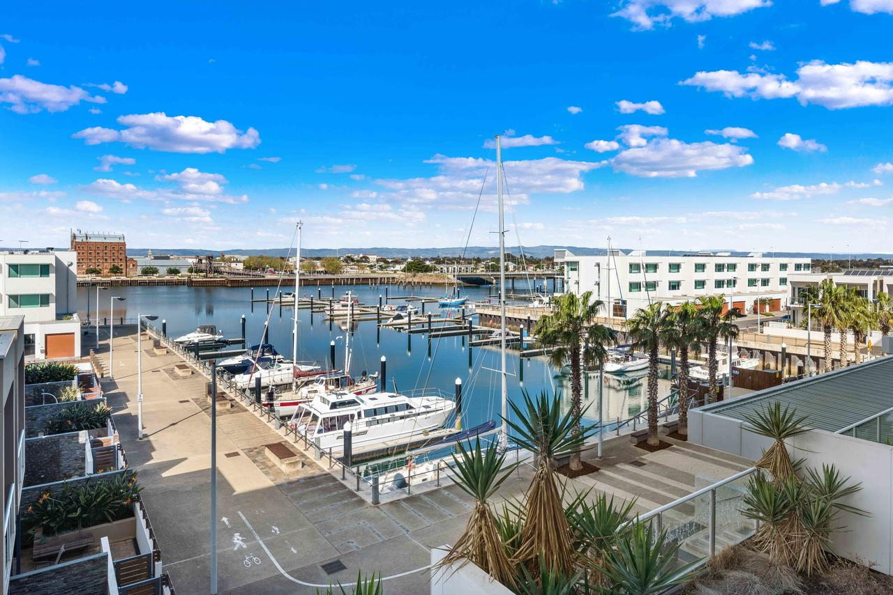 Port Adelaide Executive Waterfront Apartment - Accommodation Port Macquarie
